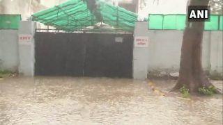 यूपी में भारी बारिश, रेल से लेकर हवाई सेवाएं ठप, योगी सरकार के मंत्री 'जैकी' के घर के बाहर भरा पानी