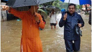 जब मुंबई की बारिश से दो चार हुए संबित पात्रा, हाथों में जूता लेकर घुटनों तक पानी में चलना पड़ा