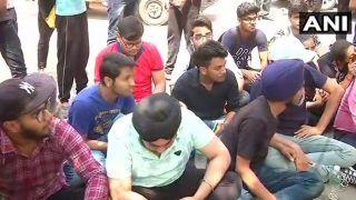 उप्र : अब स्कूली बैगों का रंग हुआ भगवा, छात्रों ने किया हंगामा