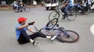 पेट्रोल-डीजल की बढ़ती कीमत का विरोध करते करते साइकिल से गिर गए तेजप्रताप