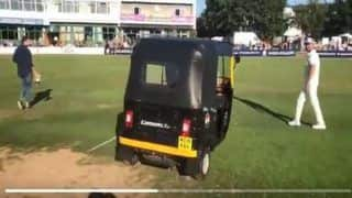 India vs England 2018: Bharat Army Delivers Drinks on an 'Auto-Rickshaw' During a Cricket Match, Advises BCCI to Take Notes | WATCH
