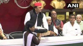सपा अध्यक्ष अखिलेश ने 19 मेधावियों को बांटे लैपटॉप, कहा- BJP का गरीब, किसान व कमजोर वर्ग से कोई रिश्ता नहीं