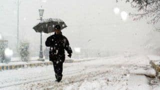 Heavy snowfall cuts off Kashmir Valley from the rest of India