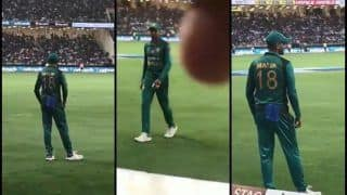 Asia Cup 2018 Super Four: Pakistani Cricketer Shoaib Malik's EPIC Response When Fan Reminds Him No 18 Jersey is Indian Regular Captain Virat Kohli's as Rohit Sharma's India Beat Pakistan -- WATCH