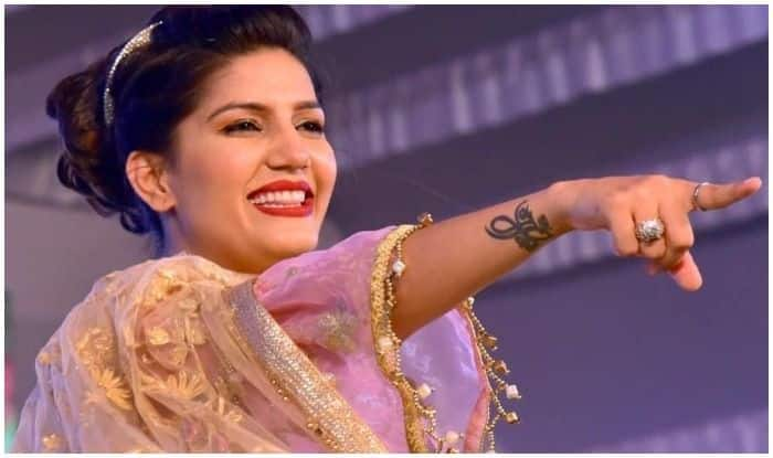 Haryanvi Bombshell Sapna Choudhary Flaunts Her Sexy Thumkas on Chhori Bindass Song During Stage Performance in Agra, Watch