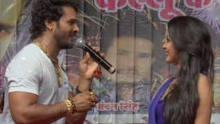 Bhojpuri Superstar Khesari Lal Yadav Goes on Knees to Impress Sizzling Beauty Nidhi Jha, Gives Her Red Rose, Watch