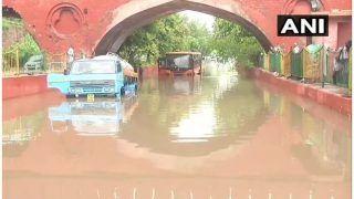 भारी बारिश से दिल्ली फिर पानी-पानी, कई जगहों पर ट्रैफिक जाम, बस फंसी, सुरक्षित निकाले गए यात्री