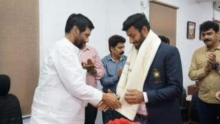 Union Food Minister Ram Vilas Paswan Felicitates Surendra Kumar, Member of Indian Hockey Team For Winning Bronze in Asian Games 2018