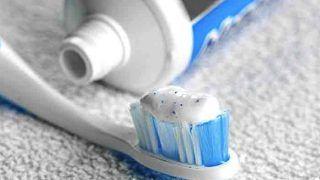 Toothpaste Hacks In Hindi: दांत साफ करने के लिए ही नहीं, टूथपेस्ट की मदद से इन समस्याओं से भी पाया जा सकता है छुटकारा