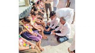 महिलाओं का सम्मान करना सिखाने के लिए नवरात्रि के दौरान स्कूलों में टीचर्स और छात्र धोते हैं छात्राओं के पैर