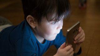 फोन पर गेम खेलता रहता है बच्चा! जानें उसकी सेहत पर क्या असर होता है...