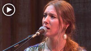 इस ब्रिटिश महिला को गजल गाते सुन लेंगे तो हो जाएगी मोहब्बत, देखें मजेदार VIDEO