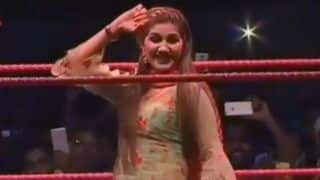 Haryanvi Bombshell Sapna Choudhary Makes Grand Entry as She Flaunts Her Sexy Thumkas on Teri Najar Lagjagi During Her Stage Show in Karnal - Watch Video