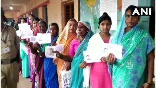 कर्नाटक: लोकसभा की 3 और विधानसभा की 2 सीटों पर उपचुनाव के लिए वोटिंग जारी, बूथ में घुसा सांप