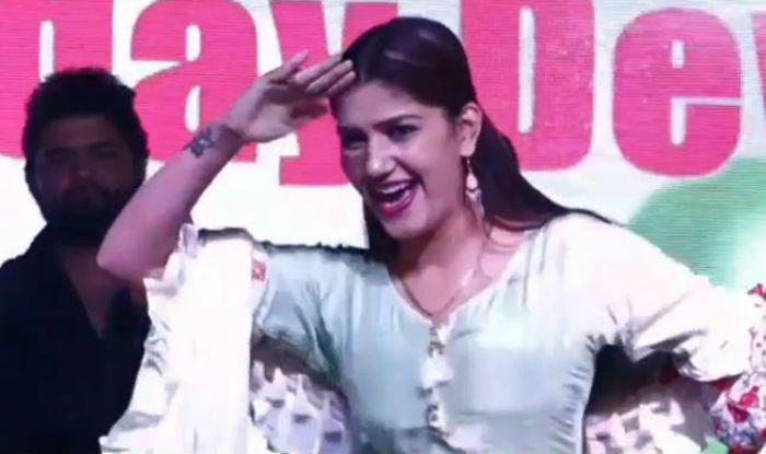 Haryanvi Dancer Sapna Choudhary Flaunts Her Hot Moves on Teri Aankhya ...