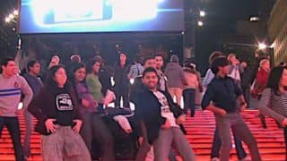 Simmba's Song Aankh Maarey Starring Ranveer Singh-Sara Ali Khan Reaches Times Square, New Yorkers Dance in a Flash Mob Rendition - Watch Viral Video