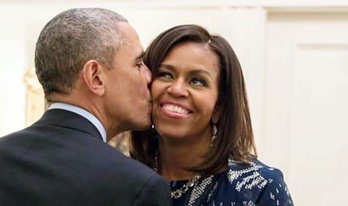 Obama Christmas.Barack Obama Kisses Michelle Obama Under A Mistletoe To Wish