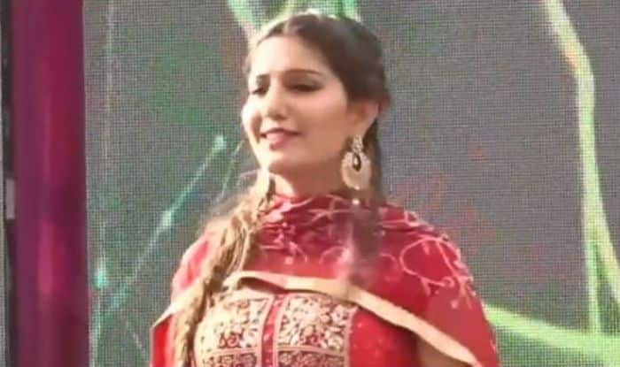 Haryanvi Hottie And Chetak Fame Sapna Choudhary Flaunts Her Sexy Thumkas on Haryanvi Song During Stage Performance – Watch