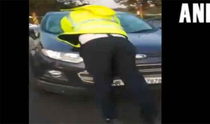 चालान के लिए की रोकने की कोशिश, कार चालक ने ट्रैफिक पुलिसकर्मी को बोनट पर लटकाया
