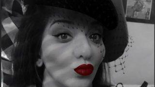 PICS: ब्लैक एंड व्हाइट फोटो और लाल होठों में मोनालिसा की ये तस्वीर, दीवाना बना देगी