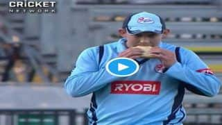 ये क्या, मैच के दौरान मैदान पर ही ब्रेकफास्ट करने लगा ये ऑस्ट्रेलियाई खिलाड़ी, देखें VIDEO