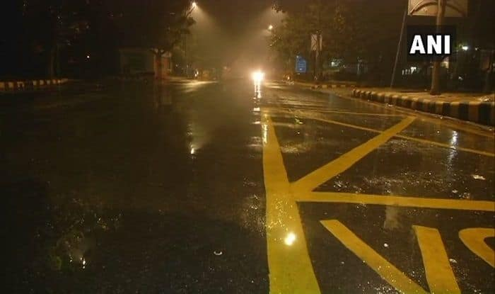 Delhi Witnesses Showers in Several Areas, Temperature Dips
