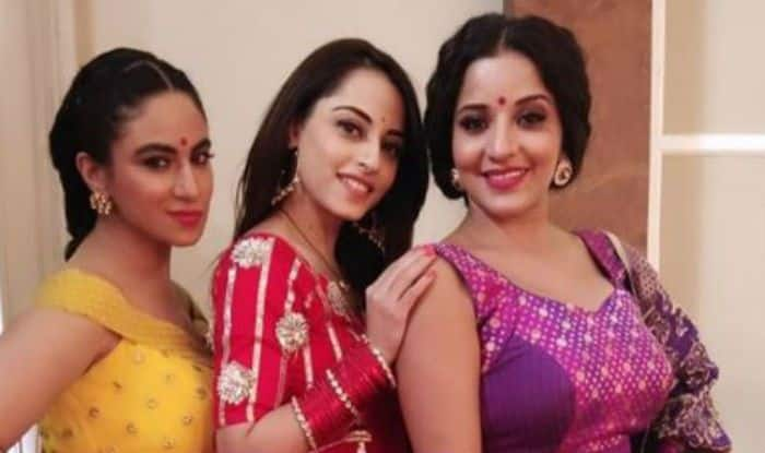 Bhojpuri Hot Bomb And Nazar Fame Monalisa Looks Super Hot as She Strikes a Pose With Her co-star Niyati Fatnani And Priya Malik in Latest Picture