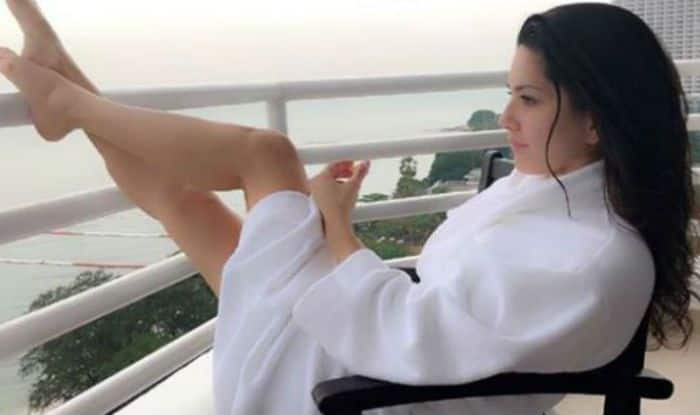 Splitsvilla 11 Host Sunny Leone Looks Smoking Hot in White Robe as She Spends Quality Time With Husband Daniel Weber Near The Ocean – See Picture