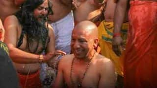 Kumbh 2019: संगम स्नान को पहुंची योगी कैबिनेट, गंगा किनारे ली सेल्फी
