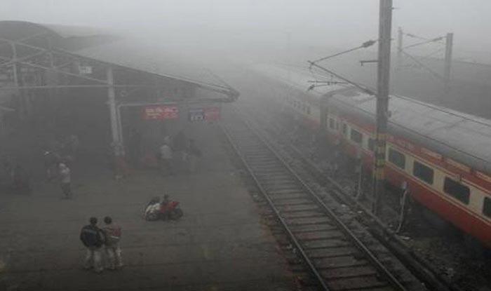 दिल्ली में कोहरे का असर, कुछ ट्रेनें चल रहीं 3 घंटे तक की देरी से