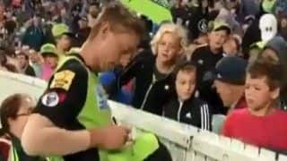 Big Bash League: Daniel Sams Has a Heart-Warming Gesture After Kid Gets Hit by George Bailey Six | Watch Video