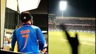 MS Dhoni Gets a Thala-Like Reception as he walks Out to Bat at Vizag in 1st T20I Against Australia | WATCH