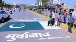 Pulwama Terror Attack: Artist Vinod Panda Paints Pakistan National Flag on Road in Raipur