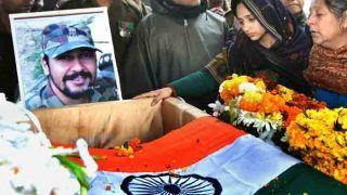 पुलवामा अटैकः शहीद मेजर की पत्नी ने I Love You बोला तो गमगीन हुईं आंखें, अंतिम यात्रा में उमड़ा सैलाब, देखें Photos