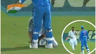 VIDEO: मैदान पर तिरंगा लेकर पैर छूने पहुंचा फैन, '15 सेकंड' में धोनी ने पूरे देश को किया खुश