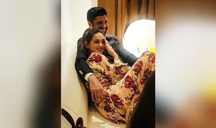 Farhan Akhtar's Hindi Poem For Shibani Dandekar is Your Romance-Dose of The Day