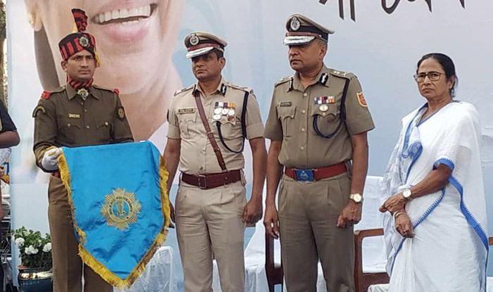 Kolkata Crisis: On Day 2 of Dharna, Mamata Banerjee Felicitates Police Officials on Stage; Kolkata Commissioner Also Present