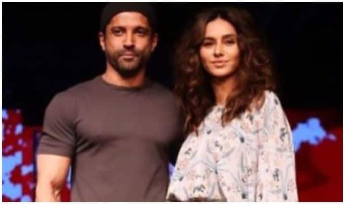 Farhan Akhtar Posts 'Grateful' Romantic Message For Shibani Dandekar Ahead of Valentine's Day