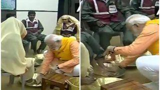 प्रयागराज: पीएम मोदी ने सफाईकर्मियों के पैर धोए, सम्मानित भी किया, देखें VIDEO