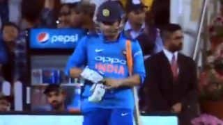 MS Dhoni Gets a Rousing Reception as he Walks Out to Bat During 3rd ODI at Ranchi vs Australia | WATCH VIDEO