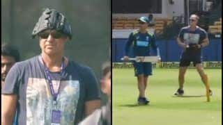 India vs Australia 2019: Matthew Hayden Provides Helping Hand to Coach Justin Langer Ahead of 1st ODI Against Virat Kohli And Co at Hyderabad | WATCH VIDEO