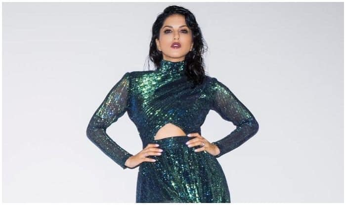 Sunny Leone Dazzles up on Saturday Night in Sexy Green Gown And Fans Can't Keep Calm!