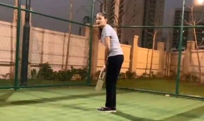 Haryanvi Dancer Sapna Choudhary Playing Cricket With Her Mother is The Best Thing You'll See Today, Watch Viral Video
