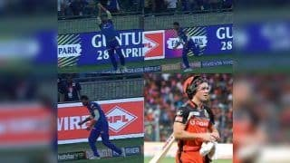 IPL 2019: Axar Patel Take Brilliant Running Catch on Boundary to Dismiss AB de Villiers of Sherfane Rutherford's Bowling During Delhi vs Bangalore Clash   WATCH VIDEO