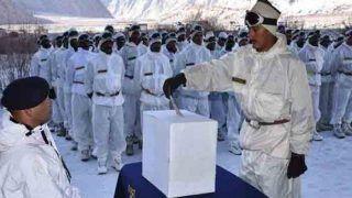 बर्फीले चोटियों पर सैनिकों ने तो मैदानों में बुजुर्गों ने मनाया लोकतंत्र का पर्व, देखिए PHOTOS