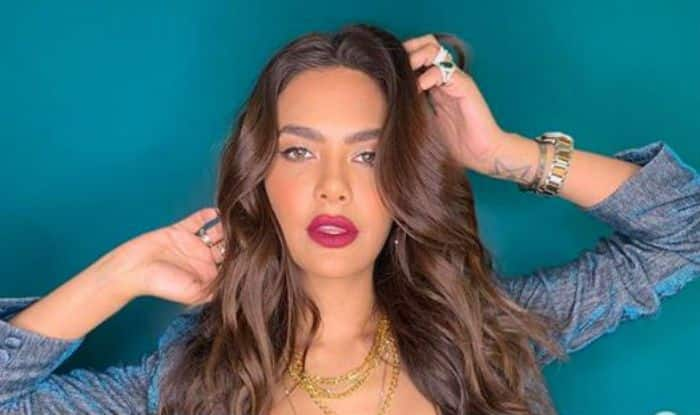 Esha Gupta Raises Temperature With Hot And Seductive Pose in Sexy Pink Lipstick, Check Here