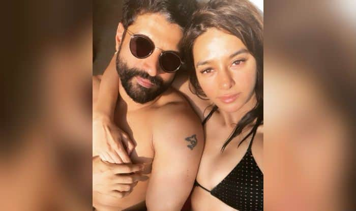 Farhan Akhtar-Shibani Dandekar's Hot Beach Photos go Viral, Actors Look Amazing Together