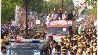 प्रियंका गांधी ने झांसी, उरई में किया रोड शो, छह कुंड महादेव मंदिर भी गईं