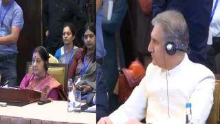 खराब रिश्तों के बीच भारत-पाकिस्तान के विदेश मंत्री ऐसे बैठे नजर आए