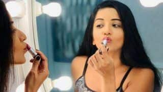 Bhojpuri Sizzler Monalisa Looks Hot AF as She Pouts And Puts on The Lipstick in Front of The Mirror